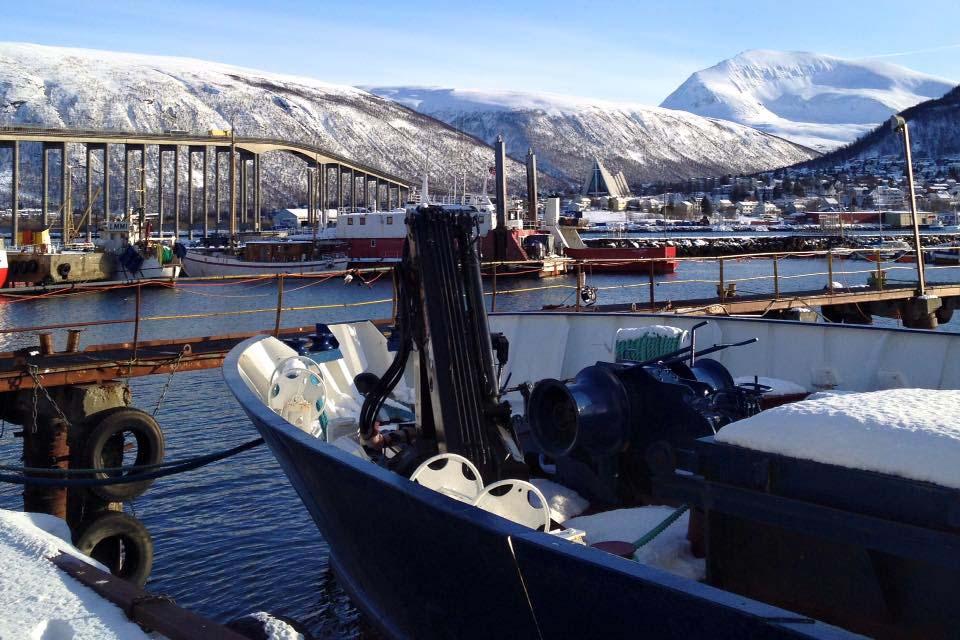 Blick auf den Hafen und die Eismeerkathedrale Tromsø Norwegen Sehenswertes, Hotel und Tipps www.gindeslebens.com