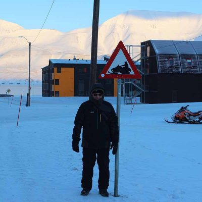 Longyearbyen Spitzbergen Abenteuer Arktis Schild Schneemobil Longyearbyen www.gindeslebens.com