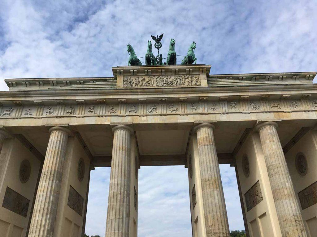 Brandenburger Tor Sightseeing Berlin - Sehenswertes, Hotel, Aktivitäten und Tipps für eine Städtereise nach Berlin www.gindeslebens.com