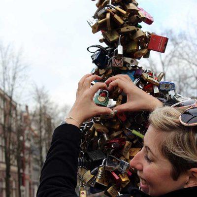 Liebesschloss aufhängen Amsterdam Niederlande - Städtetrip Amsterdam Sehenswertes, Aktivitäten und Tipps www.gindeslebens.com