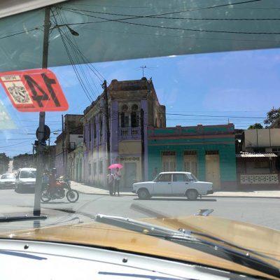 Straßen von Santiago de Cuba mit dem Oldtimer - das ursprüngliche Kuba erleben - Kuba Ausflüge und Tipps www.gindeslebens.com