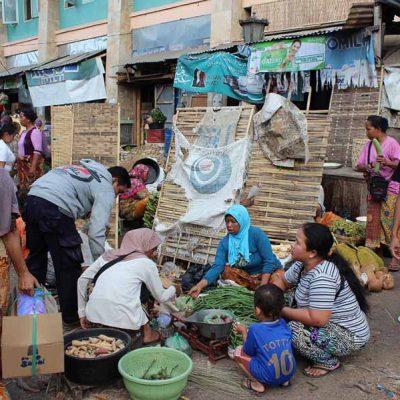 Einkaufen am Marktplatz Pasar Gunungsari Lombok Indonesien Asien Hoteltipp, Sehenswertes und Reisebericht Lombok unbekannte Perle Indonesiens www.gindeslebens.com