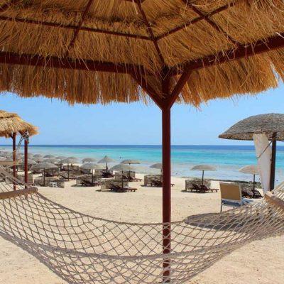 Hängematte und Liegen am Strand Hotel Gorgonia Beach Marsa Alam Ägypten Tauchparadies in der Krise www.gindeslebens.com