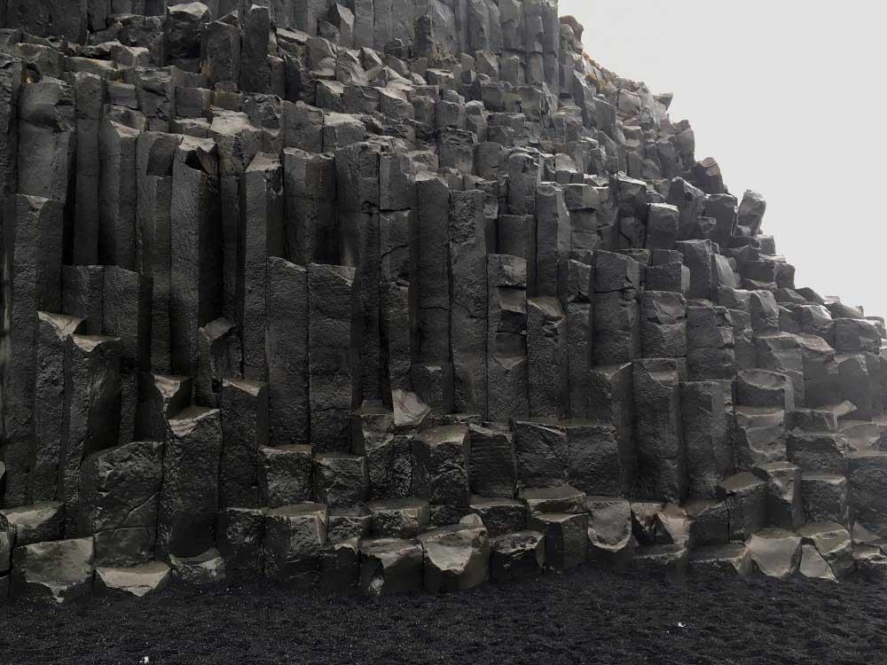 Der Berg Reynisfjall und seine Basaltsäulen Reynisfjara Island Roadtrip Südküste gindeslebens.com © Thomas Mussbacher und Ines Erlacher