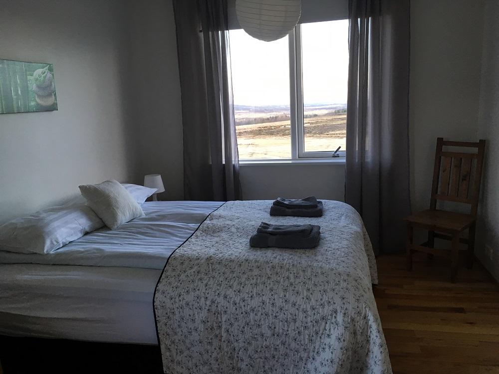 Eines der Schlafzimmer der Villa Borealis Hotel Islands Südwesten und der Golden Circle Roadtrip Island gindeslebens.com © Thomas Mussbacher und Ines Erlacher
