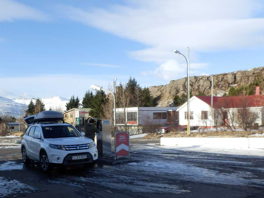 Tankstelle Breidalsvík Roadtrip Islands Ostküste www.gindeslebens.com © Ines Erlacher und Thomas Mussbacher