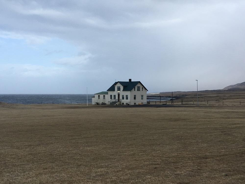 einsames Haus Halbinsel Vatnsnes Islands Norden Roadtrip Island gindeslebens.com © Thomas Mussbacher und Ines Erlacher