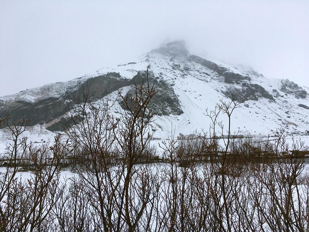 Verschneite Umgebung beim Wasserfall Skogafoss Island Roadtrip Südküste gindeslebens.com © Thomas Mussbacher und Ines Erlacher