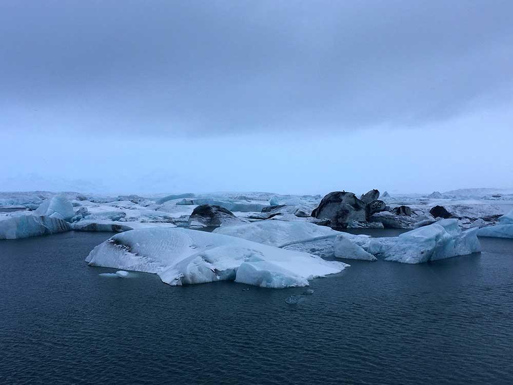 Eisberge treiben in der Lagune und werden durch Ebbe und Flut an den Strand gespült Jökulsarlon Gletscherlagune und der Diamond Beach Roadtrip Islands Südküste gindeslebens.com © Thomas Mussbacher und Ines Erlacher