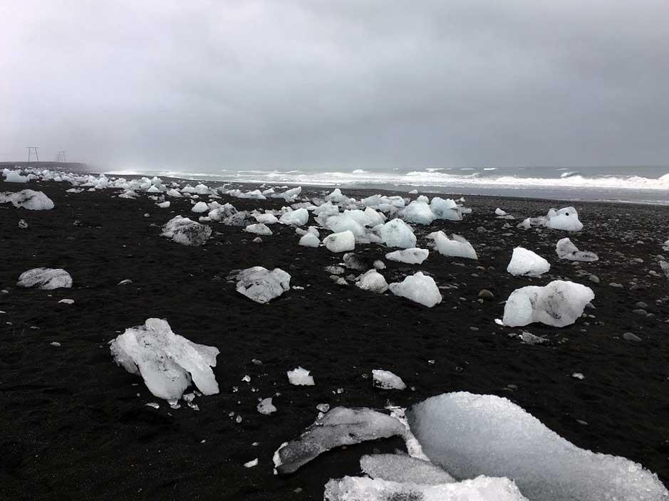 Eisberge am schwarzen Sandstrand Jökulsarlon Gletscherlagune und der Diamond Beach Roadtrip Islands Südküste gindeslebens.com © Thomas Mussbacher und Ines Erlacher