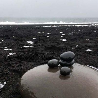 Schwarzer Sandstrand Reynisfjara Roadtrip Islands Südküste gindeslebens.com © Thomas Mussbacher und Ines Erlacher