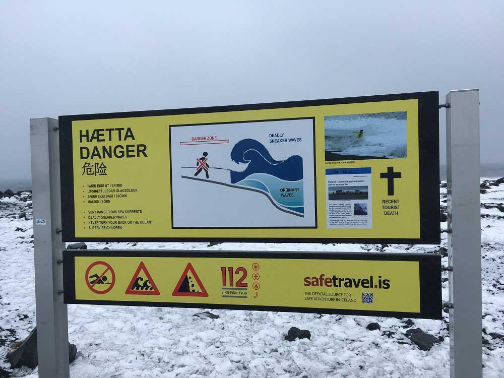 Tafel mit Sicherheitshinweisen für den scharzen Sandstrand Reynisfjara Island Roadtrip Südküste gindeslebens.com © Thomas Mussbacher und Ines Erlacher