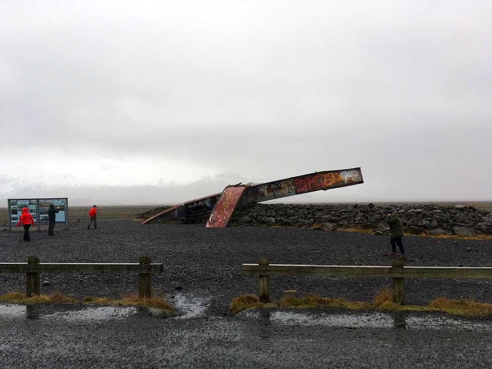 Brückenmonument der bei Überschwemmungen zerstörten Skeidara Brücke Island Roadtrip Südküste gindeslebens.com © Thomas Mussbacher und Ines Erlacher