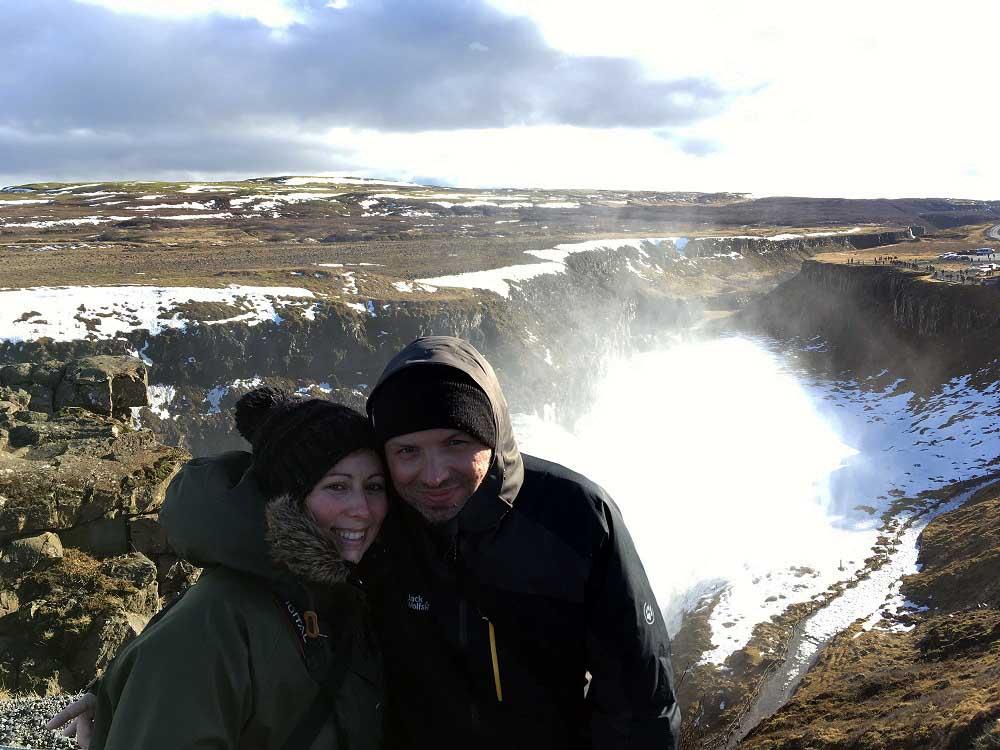 Ines und Thomas beim Gullfoss Journey Book Island © www.gindeslebens.com