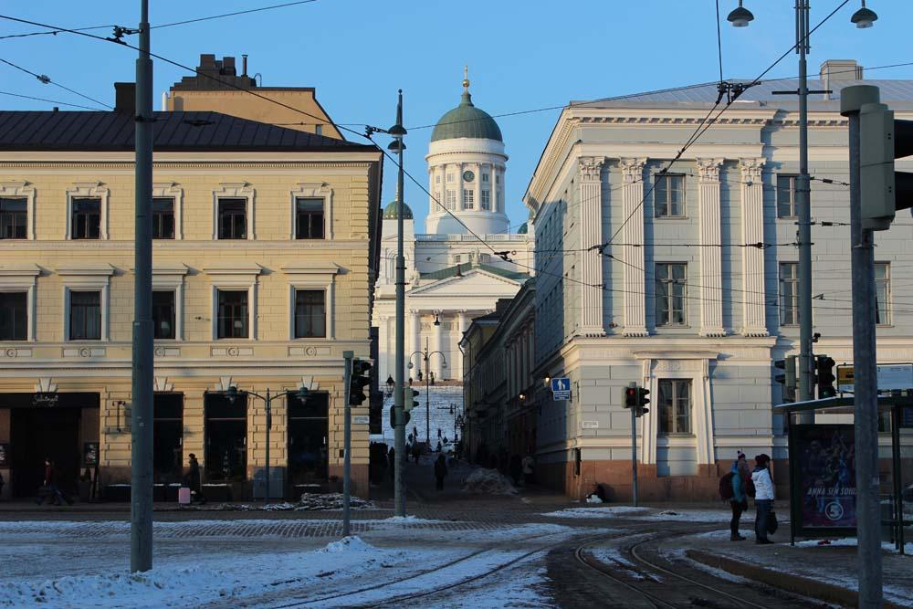 Blick auf den Dom vom Esplanadi Park Helsinki Sehenswürdigkeiten - Aktivitäten & Tipps mit der Helsinki Card www.gindeslebens.com