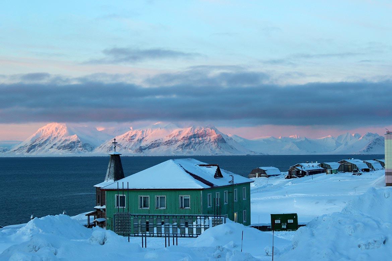 Barentsburg mit dem Schneemobil – Sowjetromantik pur