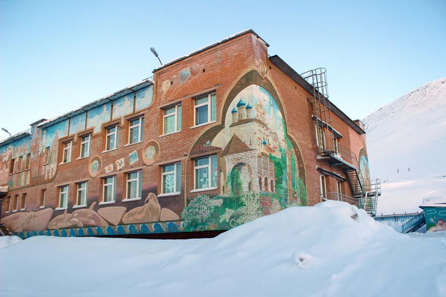Die künstlerisch gestaltete Fassade der Schule in Barentsburg Spitzbergen Reise - Aktivitäten, Ausflüge und Touren in der Arktis im Winter www.gindeslebens.com