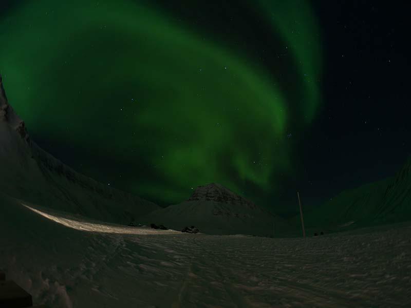 Nordlichter aufgenommen gleich hinter dem Gjestehuset 102 Longyearbyen Spitzbergen am Fuße des Longyear Gletschers mit der GoPro6 - Wetter Spitzbergen, beste Reisezeit Spitzbergen, Spitzbergen Reise www.gindeslebens.com