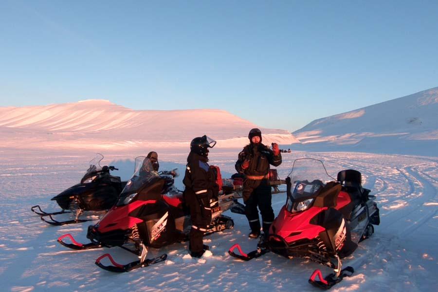 Schneemobilexpedition Barentsburg Spitzbergen Adventures Spitzbergen Reise - Aktivitäten, Ausflüge und Touren in der Arktis im Winter www.gindeslebens.com