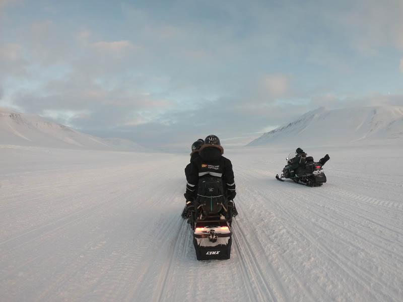 Schneemobilexpedition Tempelfjord Arctic Treasures Basecamp Explorer www.gindeslebens.com