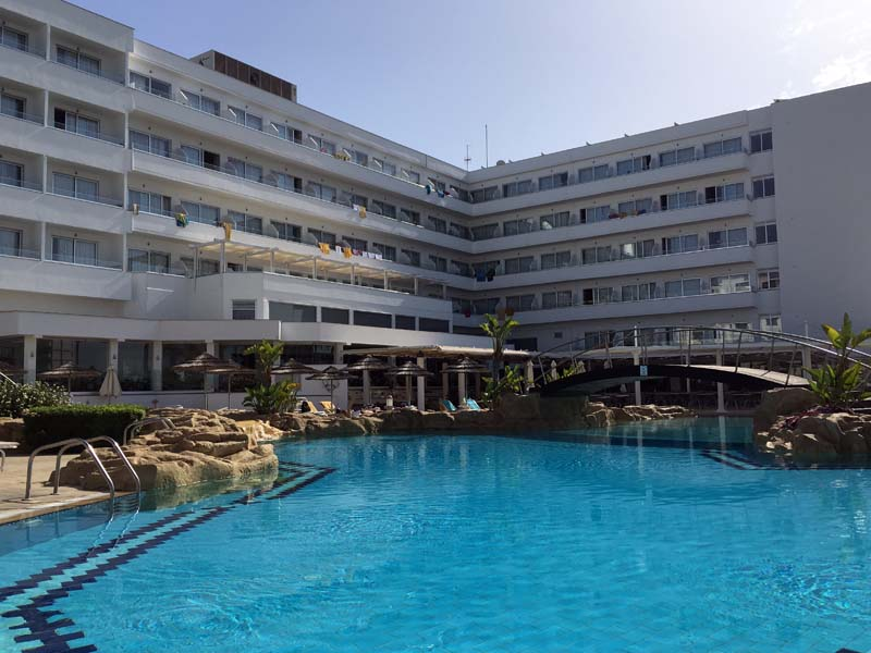 Poollandschaft Tasia Maris Beach Resort Kurztrip nach Ayia Napa Zypern www.gindeslebens.com