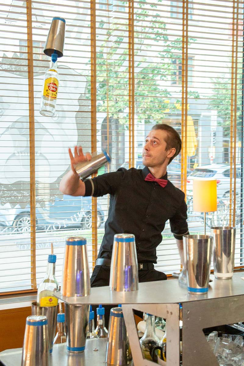 How to flair with Gin - Showbarkeeping & welcome Gin presented by Karel Kleineidam © Ina Kerpe