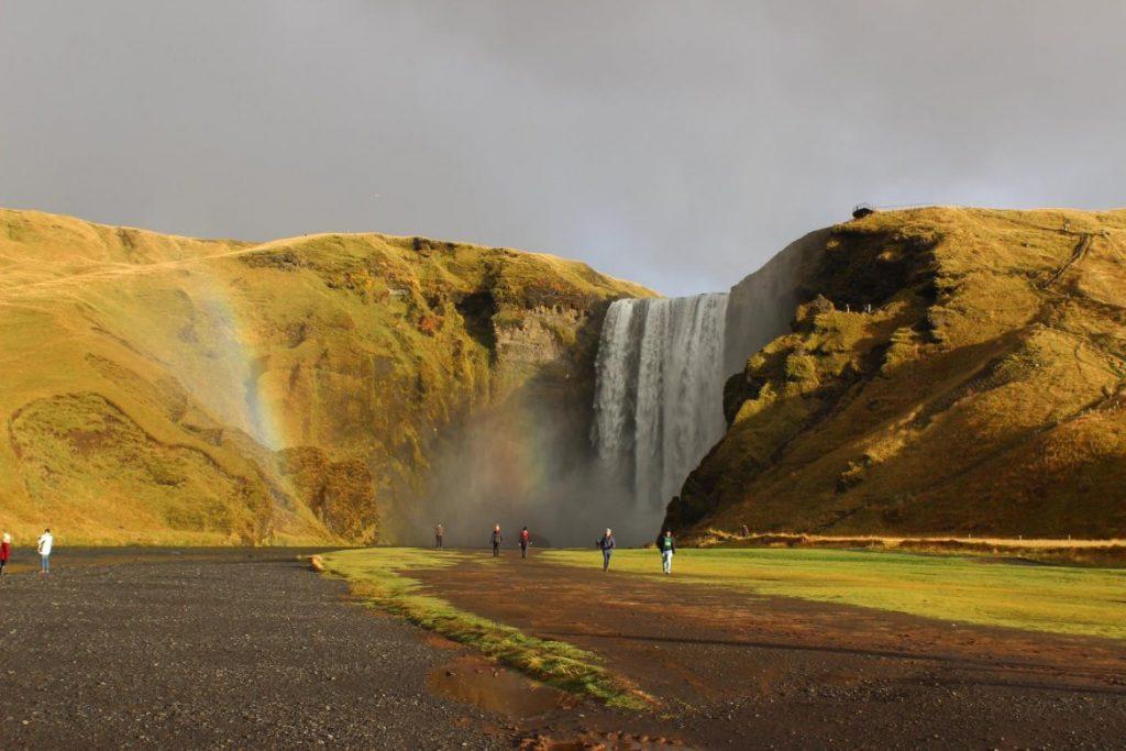 Wasserfall Skogafoss mit Regenbogen - Der goldene Herbst auf Island & und Irland - unsere 5 schönsten Herbstfotos www.gindeslebens.com