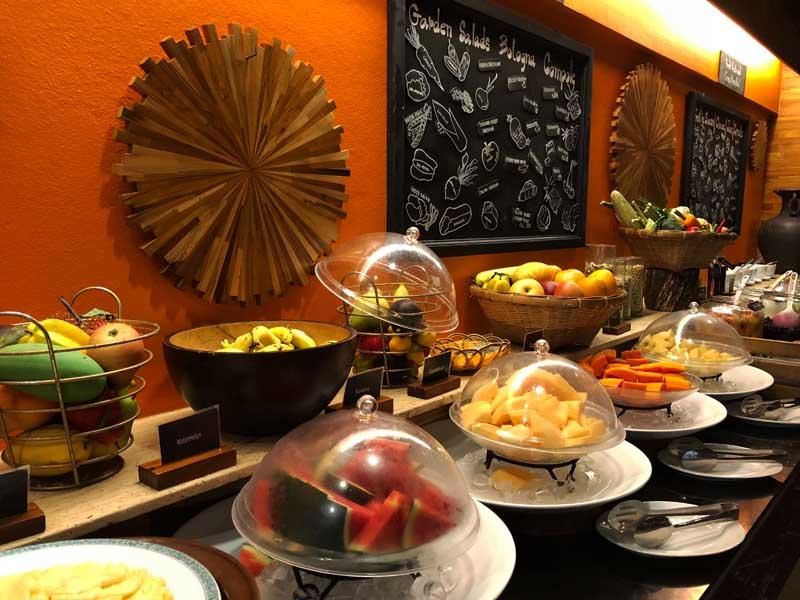 Frühstücksbuffet im Thavorn Beach Village Resort & Spa Phuket Hotelreview www.gindeslebens.com