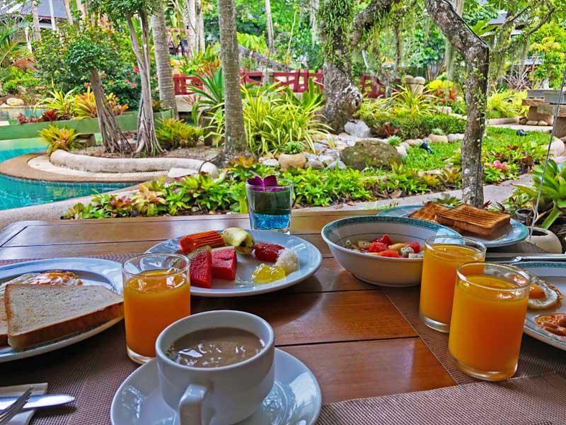 Frühstück im Garten mit Blick auf den Pool im Thavorn Beach Village Resort & Spa Phuket Hotelreview www.gindeslebens.com