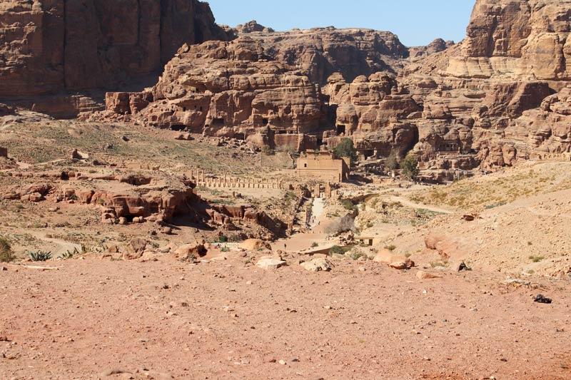 Blick auf Qasr al-Bint, den großen Tempel und die Säulenstraße Petra Jordanien www.gindeslebens.com
