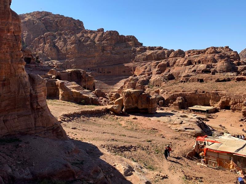 Blick auf das Theater von der Königswand aus Petra Jordanien www.gindeslebens.com