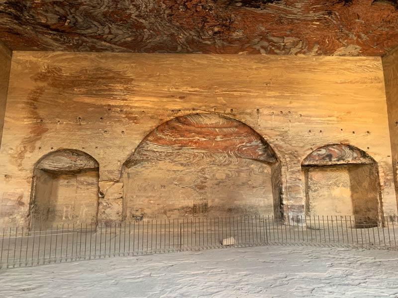 Im Inneren eines Grabes der Königswand Petra Jordanien www.gindeslebens.com