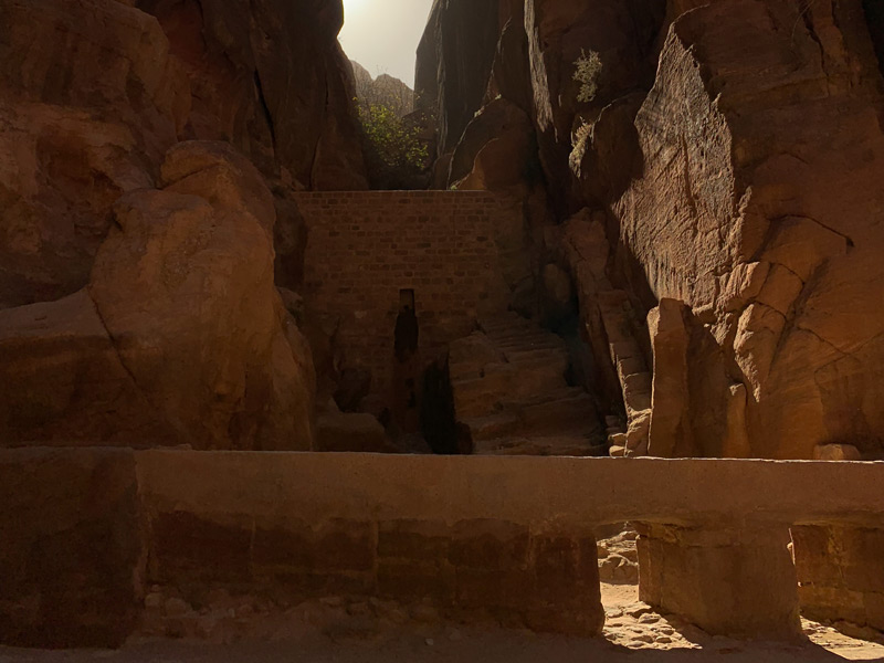 Damm Djinn Block am Tor zur Sick - Bab Al Siq Petra Jordanien - Eintritt, Highlights & Tipps www.gindeslebens.com