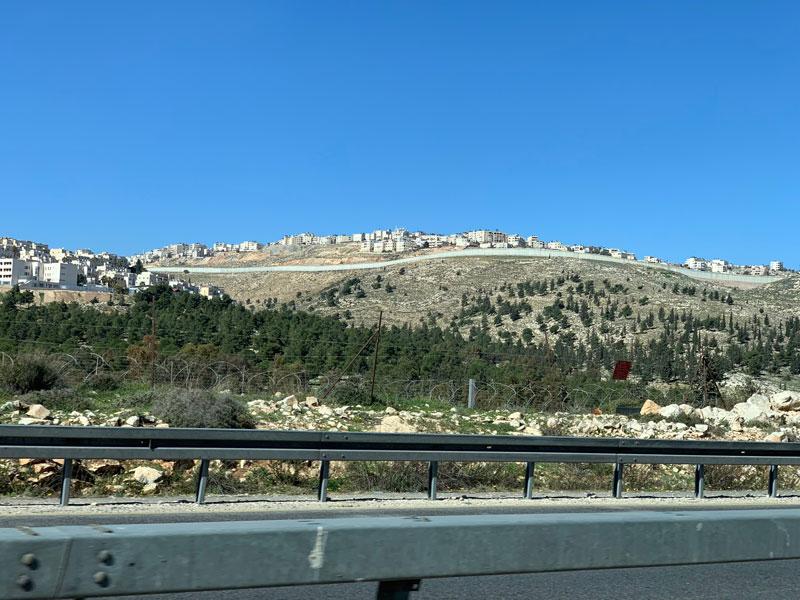 Fahrt von Bethlehem nach Ramallah - Blick auf israelische Siedlungen www.gindeslebens.com