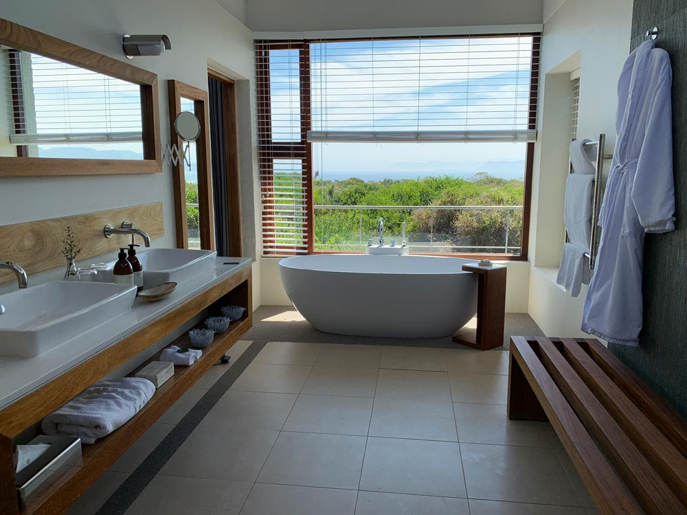 Badezimmer mit Aussicht Forest Lodge Sing Meinen Song Location 2019 Grootbos Privat Nature Reserve www.gindeslebens.com