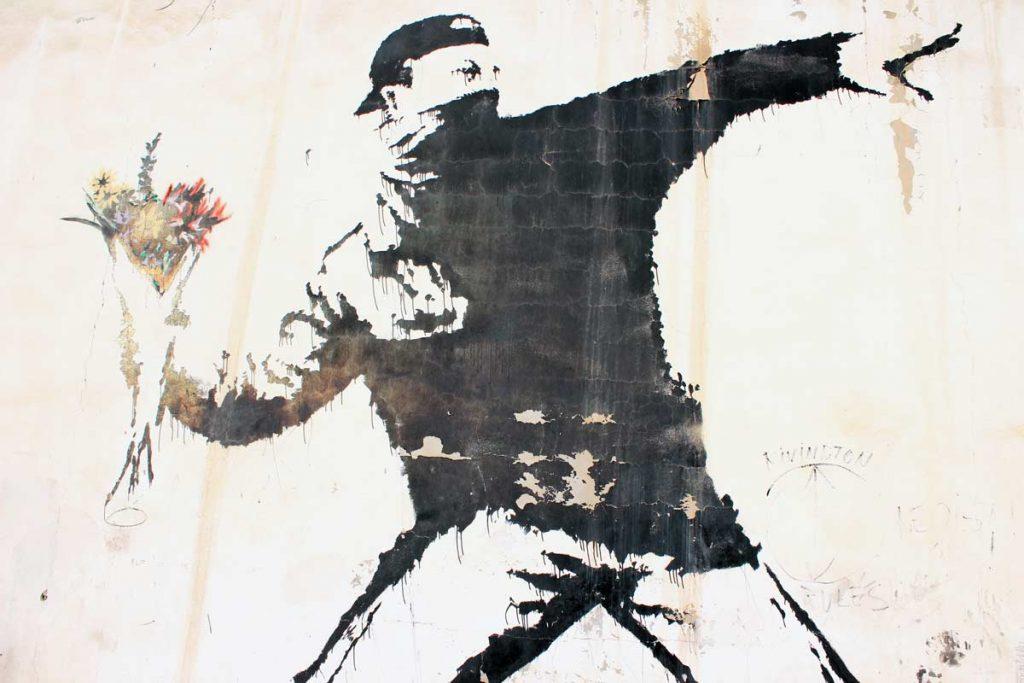 Rage Flower Thrower Banksy in Bethlehem Streetart und Murals in Palaestina www.gindeslebens.com