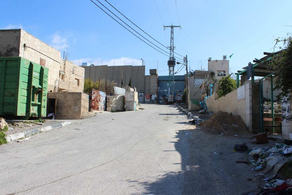 Straße im Aida Flüchtlingslager, abgetrennt durch die Separation Wall www.gindeslebens.com