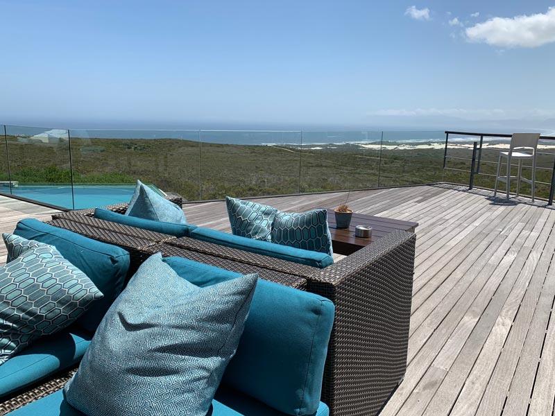 Terrasse mit Blick auf die Walker Bay Grootbos Privat Nature Reserve Location Sing meinen Song – Das Tauschkonzert www.gindeslebens.com