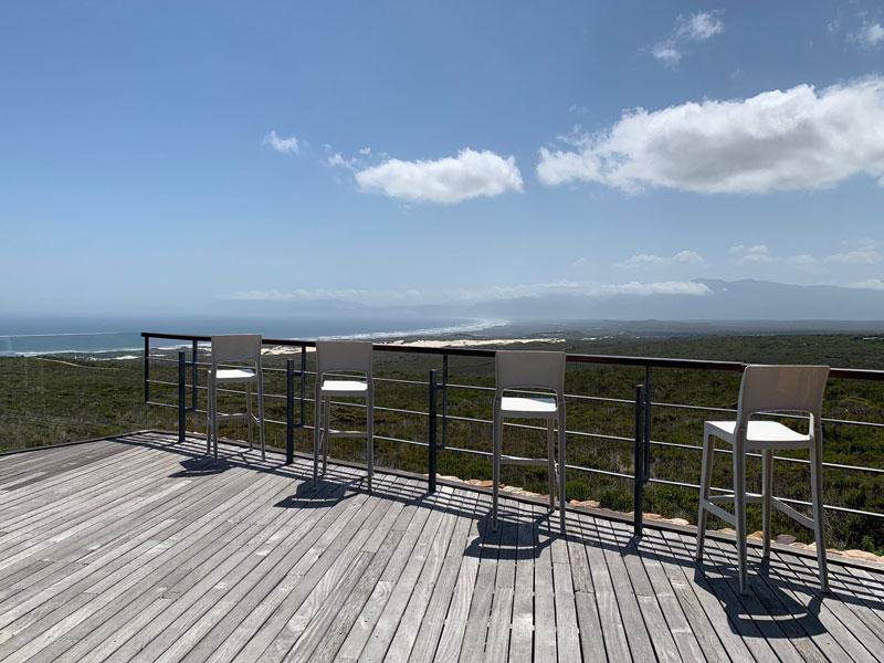 Terrasse mit Blick auf die Walker Bay Grootbos Privat Nature Reserve Sing meinen Song 2019 www.gindeslebens.com