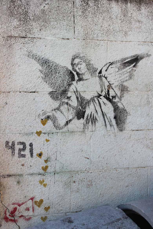 The Angel Sprinkling Hearts Banksy Mural in Bethlehem Streetart und Murals in Palaestina www.gindeslebens.com
