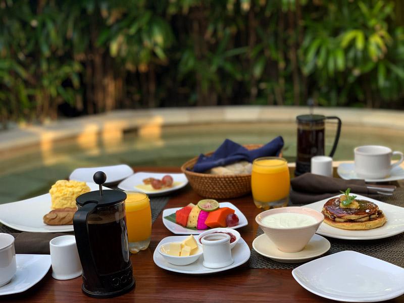 Frühstück auf der Terrasse Jamahal Private Resort and Spa Bali