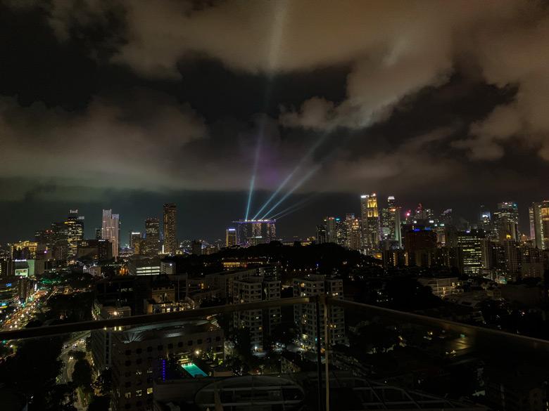 Hotel Jen Orchardgateway Singapur Rooftop Pool mit Blick auf die Marina Bay Sands Show